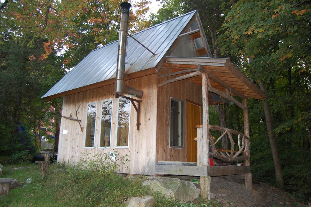 Small metal roofed cabin small house living exteriors Small homes and cabins