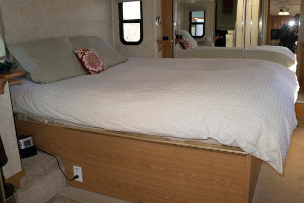 fifth-wheel-bedroom