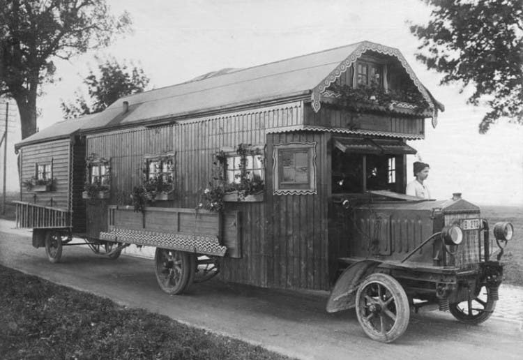 Germany 1922: A wheeled country house for a whol e family is shown. The caravan consists of living room, three bedrooms and the kitchen.