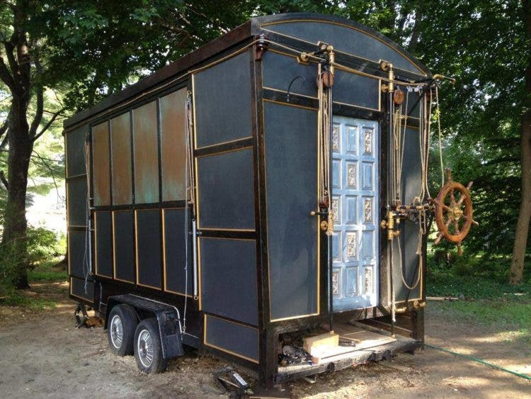 steampunk-tinyhouse-closed-ChlieBarcelou