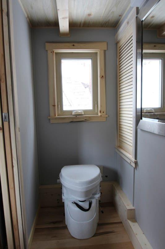 Simblissity-tinyhouse-toilet
