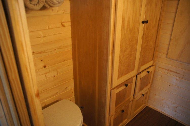 WanderHomes-tinyhouse-closet
