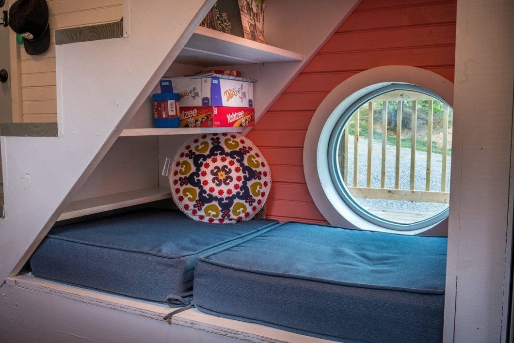 livealittle-chatanooga-tinyhouse-readingnook