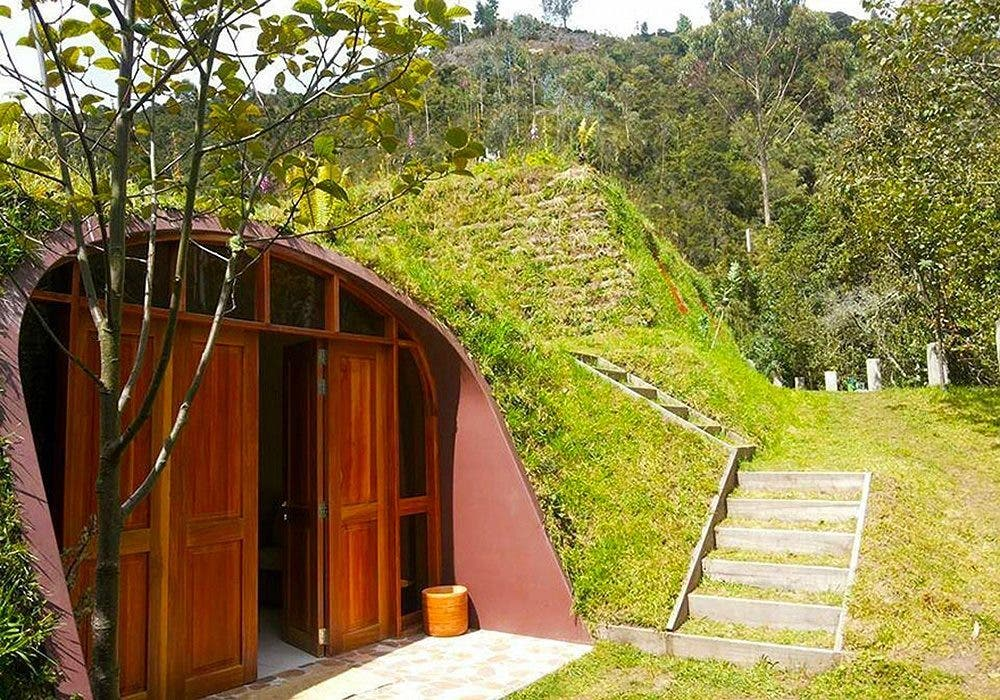 Futuristic underground hobbit house by green magic homes for Build a green home